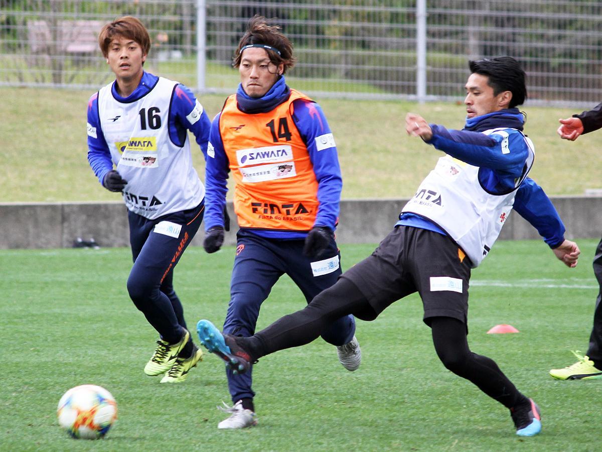 「県立おのだサッカー交流公園」で練習に励むレノファの選手たち