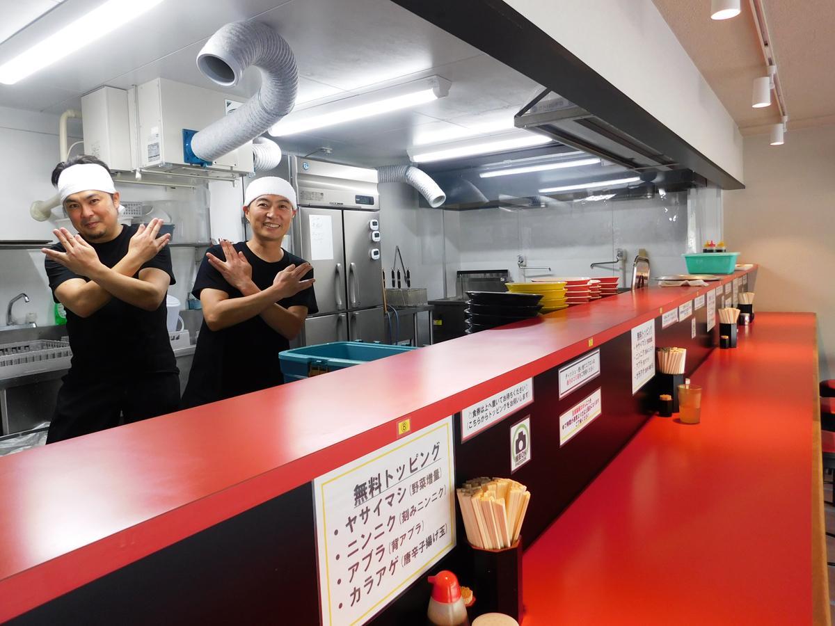 「宇部まで食べに来てもらえるようなラーメンを」と話す新田祐三さん(右)と藤井達史さん