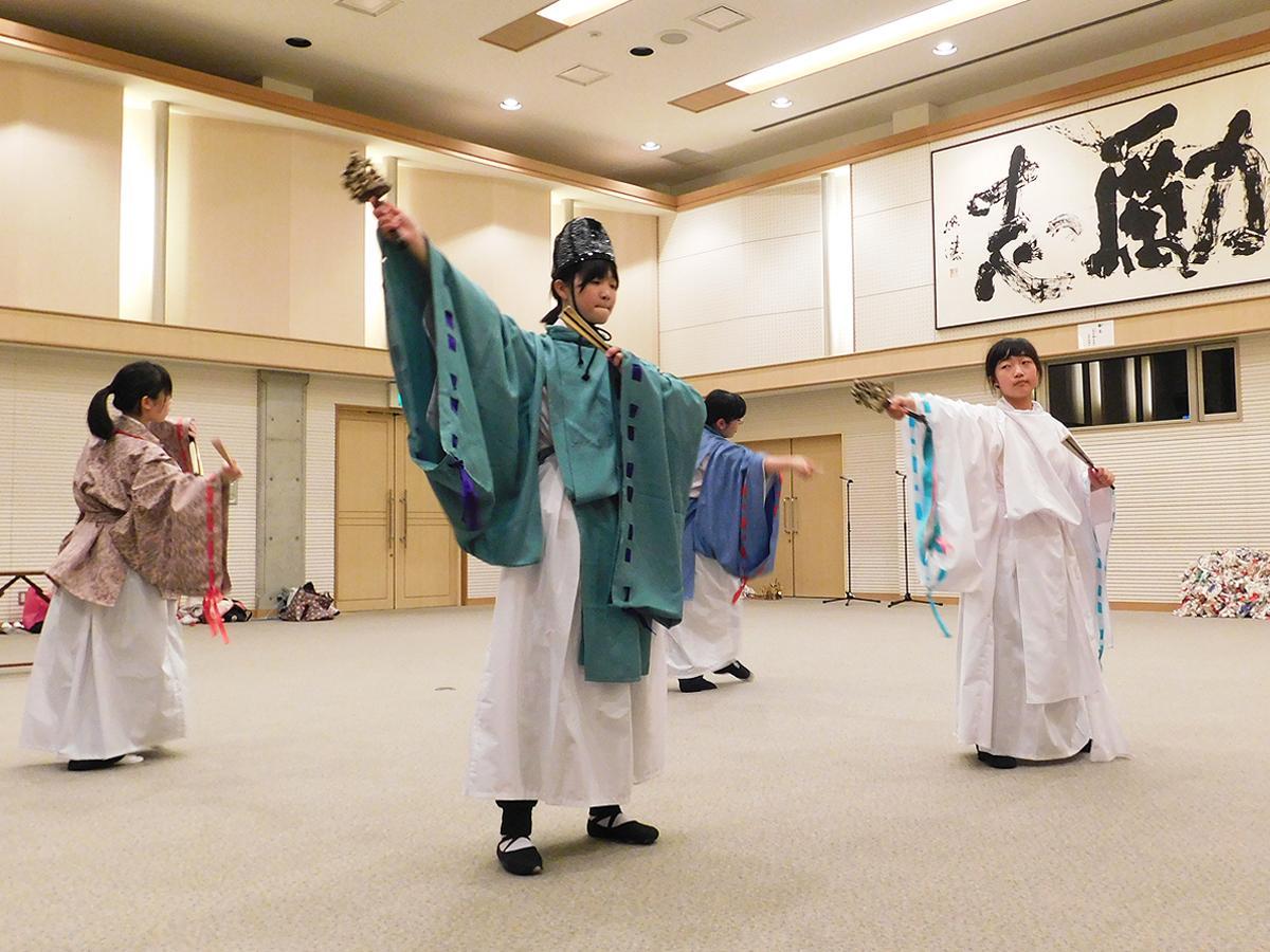 神楽舞の練習に励む「ミュージカル山陽ありすの家」のメンバー