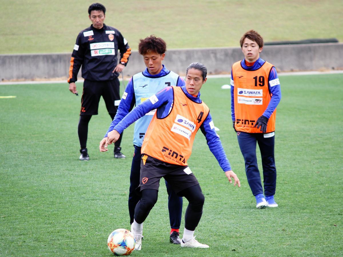 「県立おのだサッカー交流公園」(山陽小野田市)で練習に励むレノファの選手たち