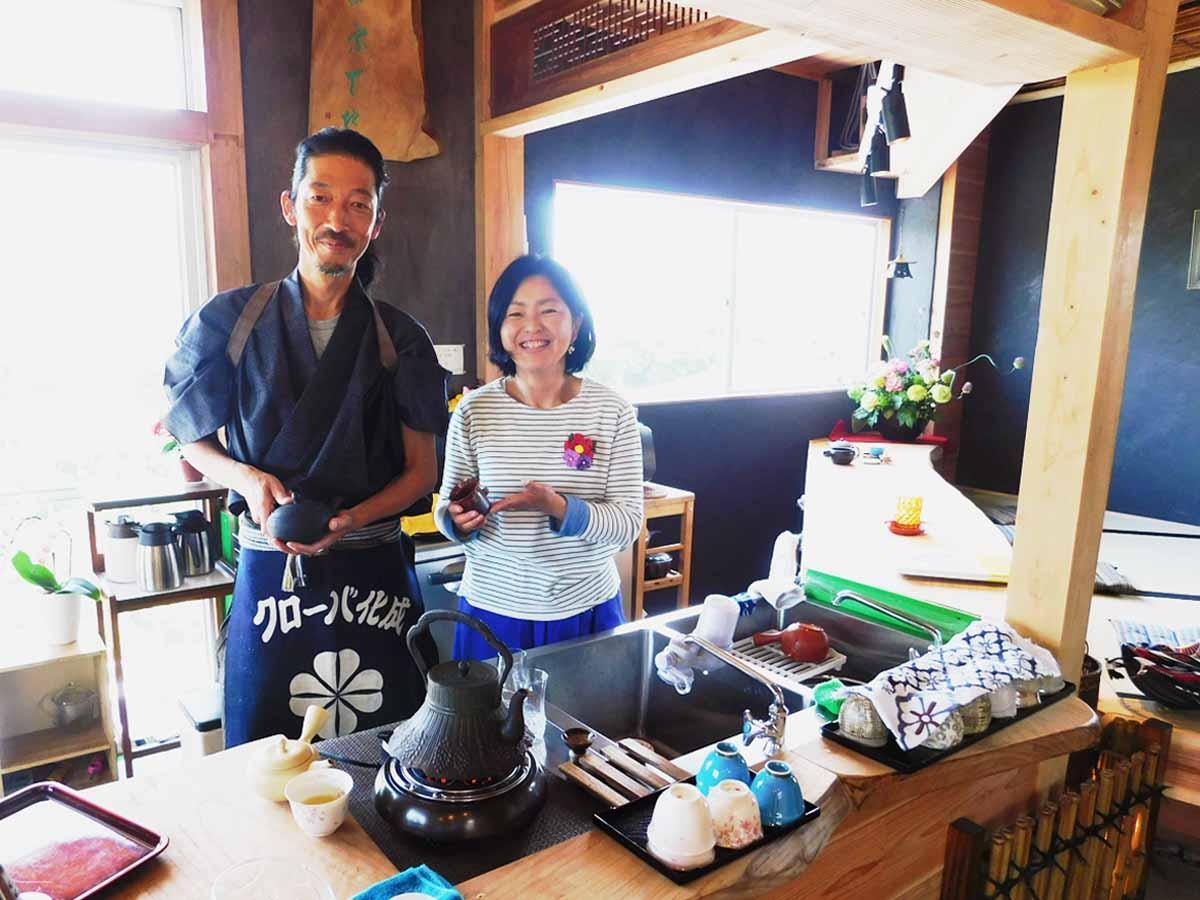 「ゆったりと非日常感を味わってほしい」と話す平中健也さんと千恵美さん