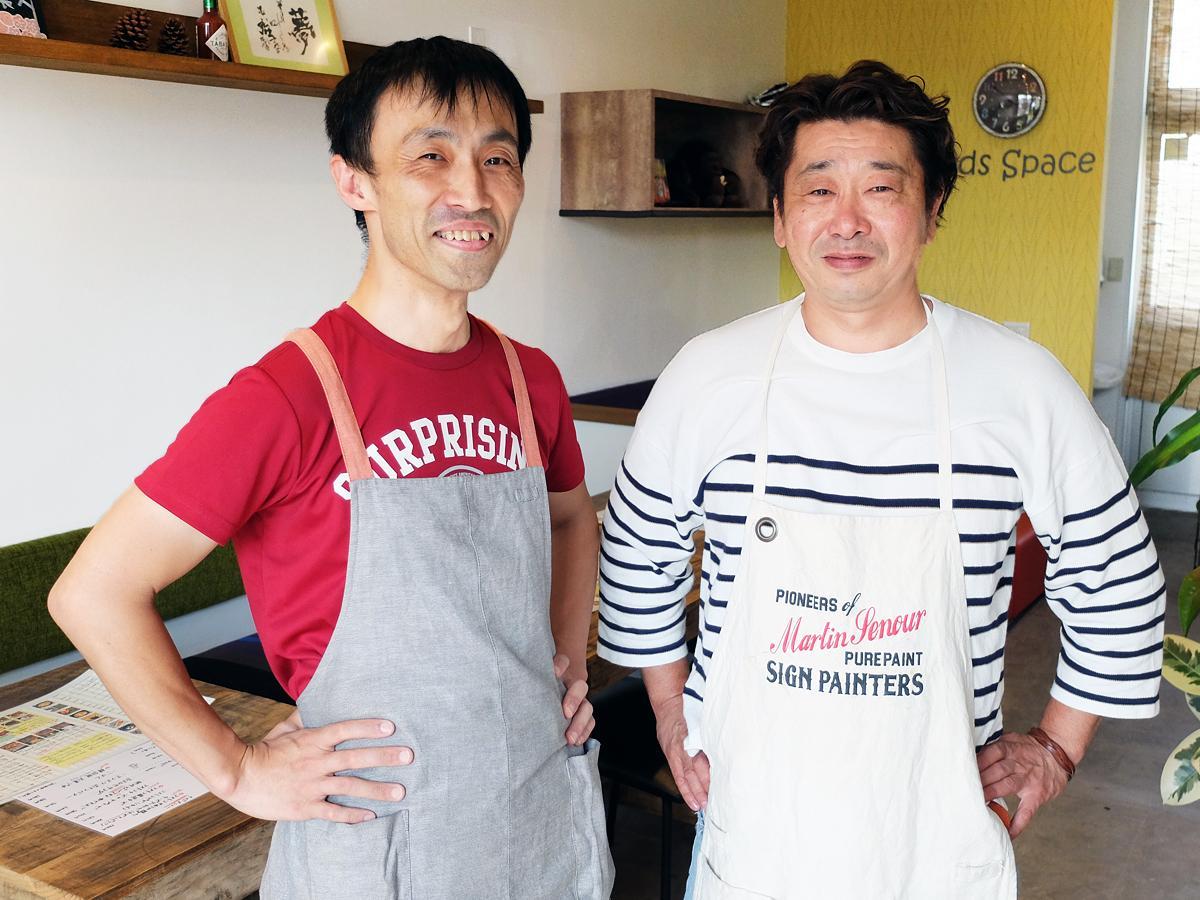「スマイリーしゅん」店主の小野学さん(写真左)と、市内で「何ここ?マーケット!」を営む仁井義隆さん