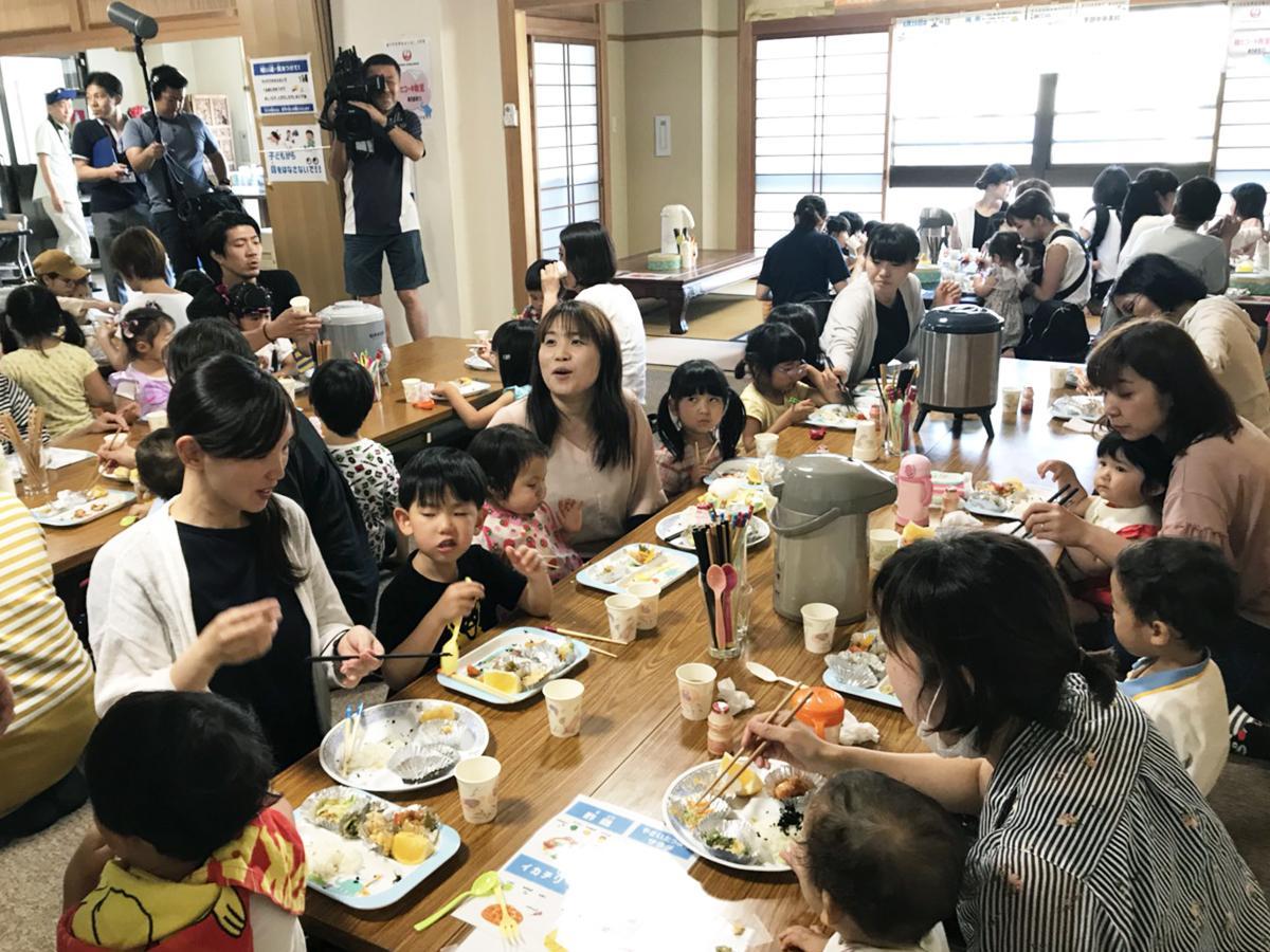 前回(50回目)のみんにゃ食堂には305人が来場し、にぎやかに食事を楽しんだ