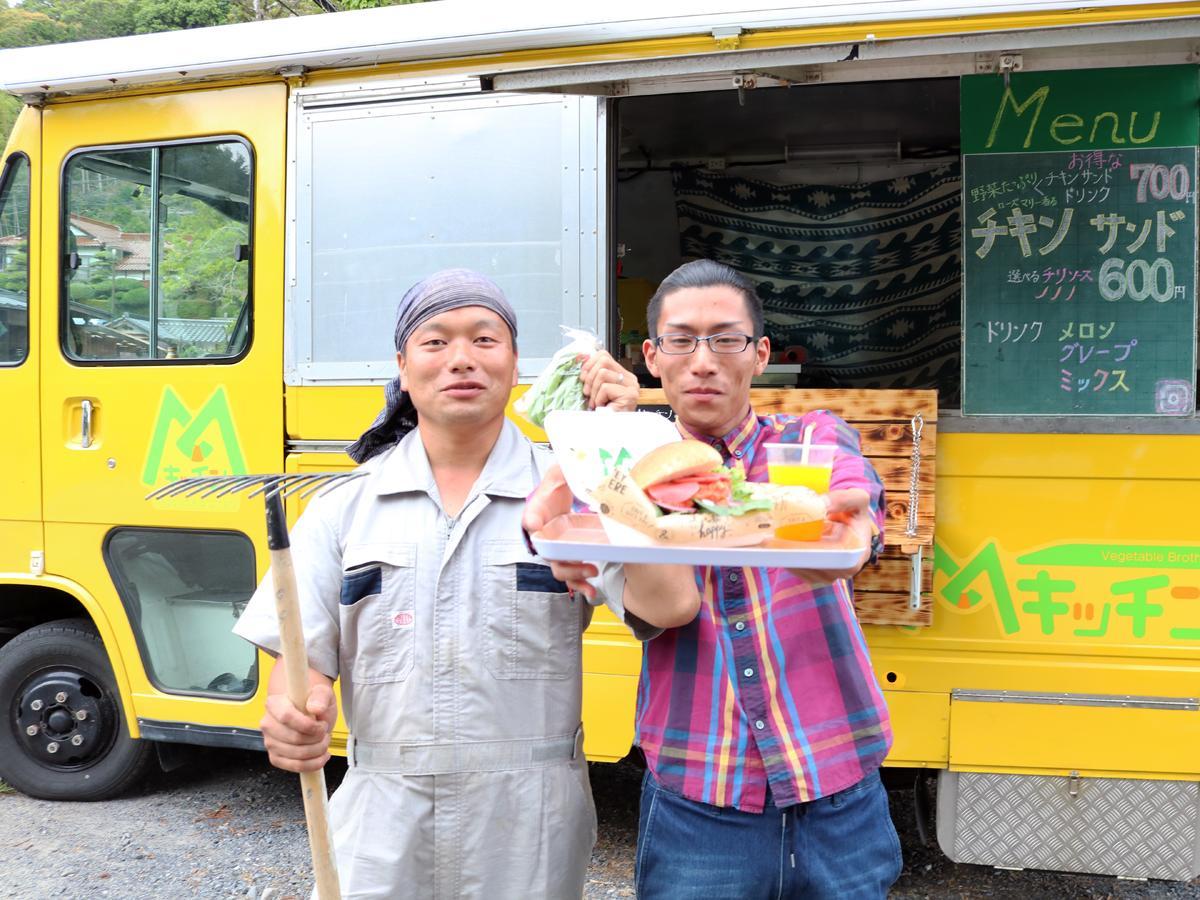 「兄弟で吉部の野菜や地元のおいしいものを伝えたい」と倉本さん(右)と村田さん