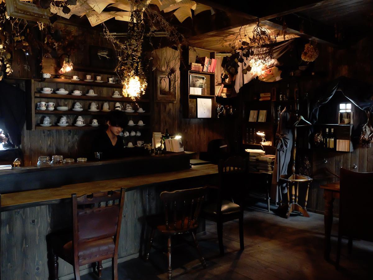 薄暗くムーディーな店内奥で園田さんが静かにコーヒーを入れる