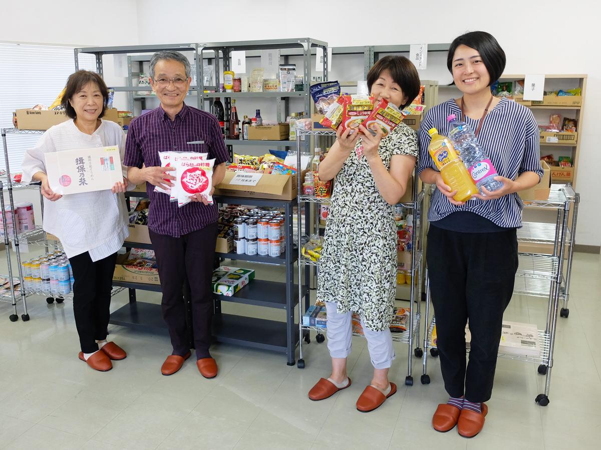 「フードバンク倉庫」で活動するボランティアスタッフと市職員
