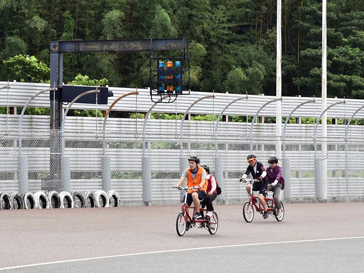 山陽オートレース場で開かれた「タンデム自転車 体験試乗会」の様子(写真提供=山陽小野田市)