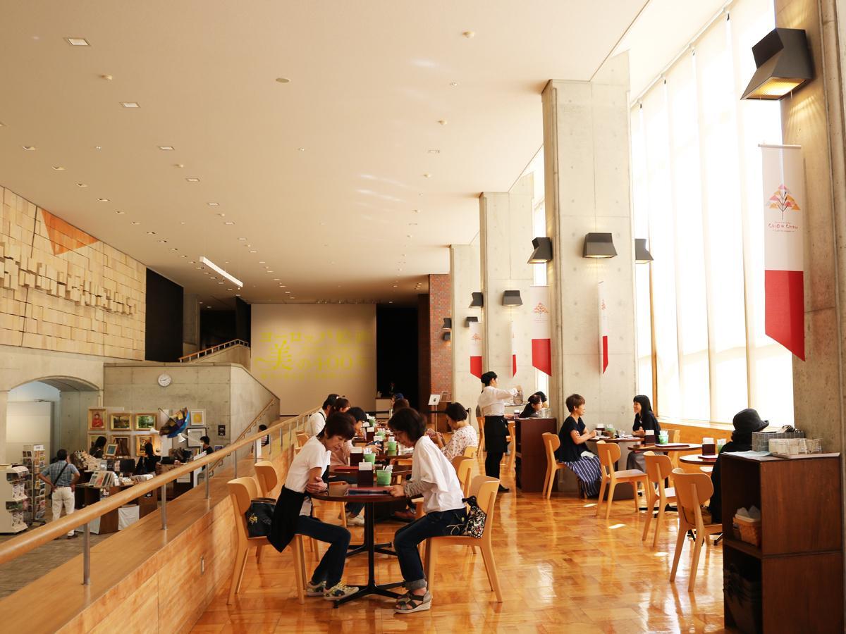 昼下がり、にぎわいを見せる美術館カフェ「シュシュ」