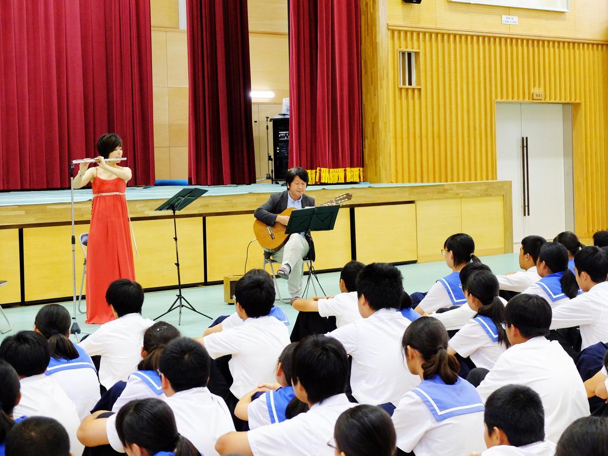 yumiさんと竹内さんが9月20日、桃山中学校で生演奏を披露した