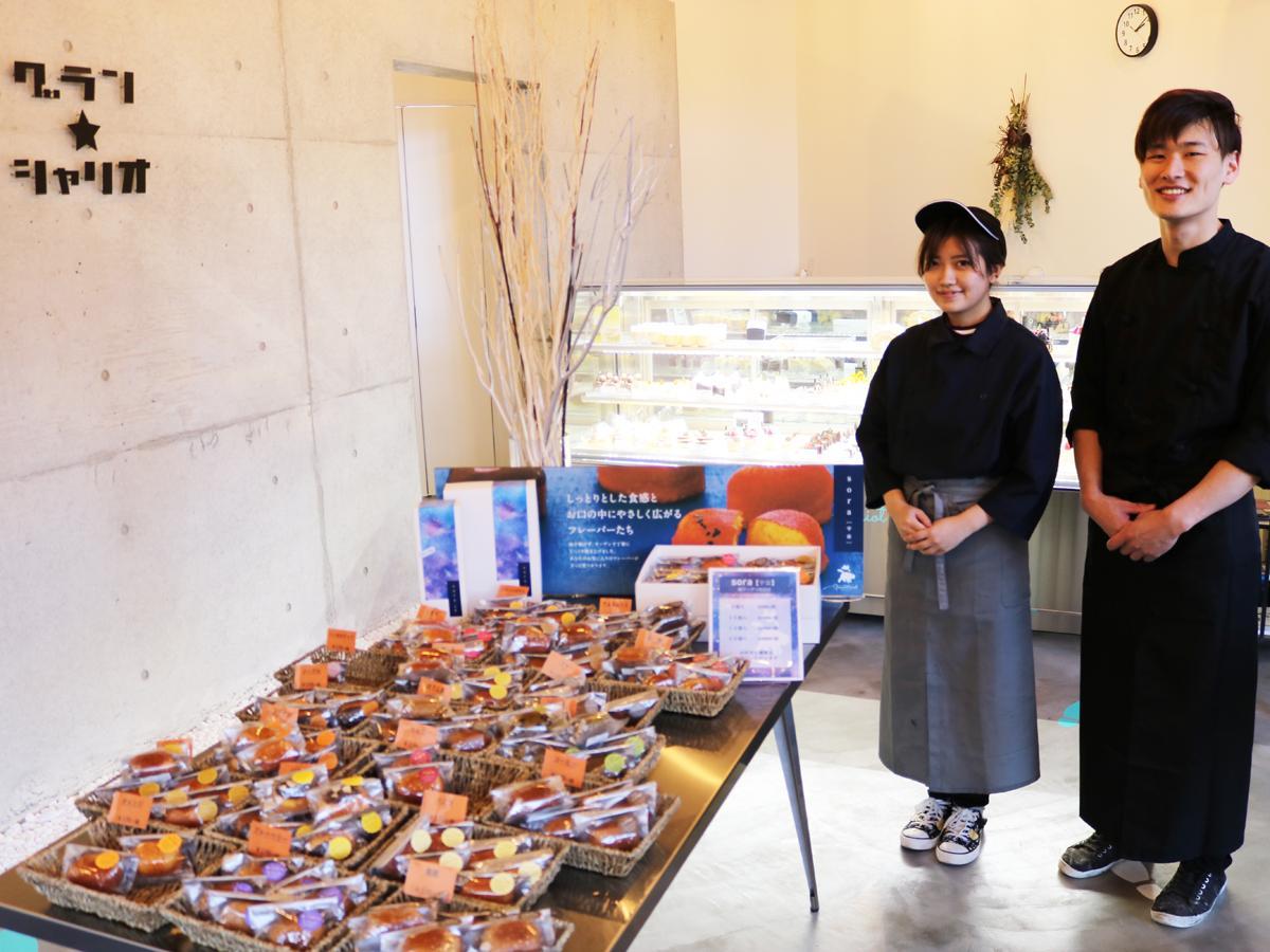 「お客さまの満足度を追い求めていきたい」と店長の水津さん(右)