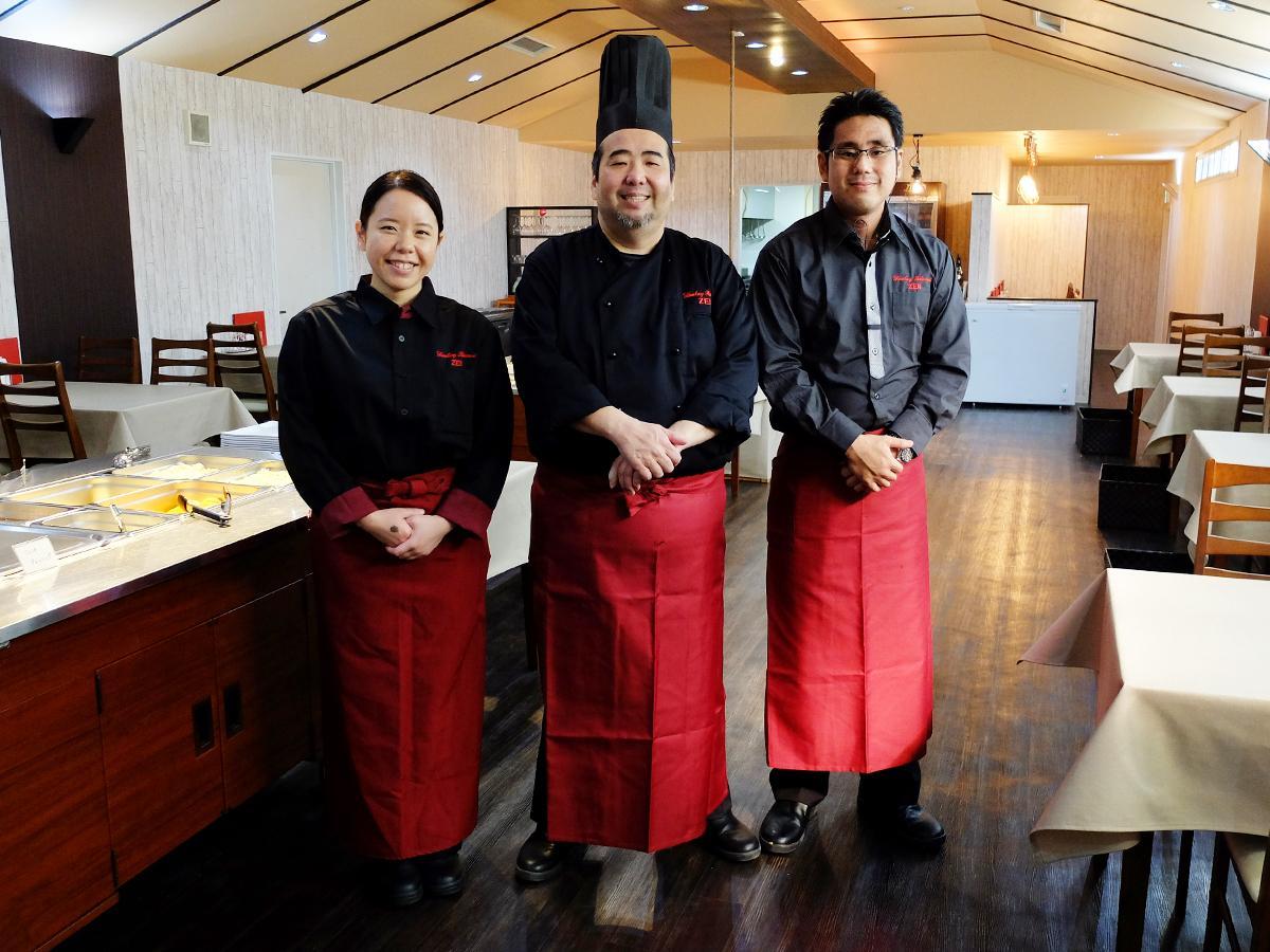 店主の森善一さん(中央)、妻の由希さん、フロアマネジャーの辰巳さん
