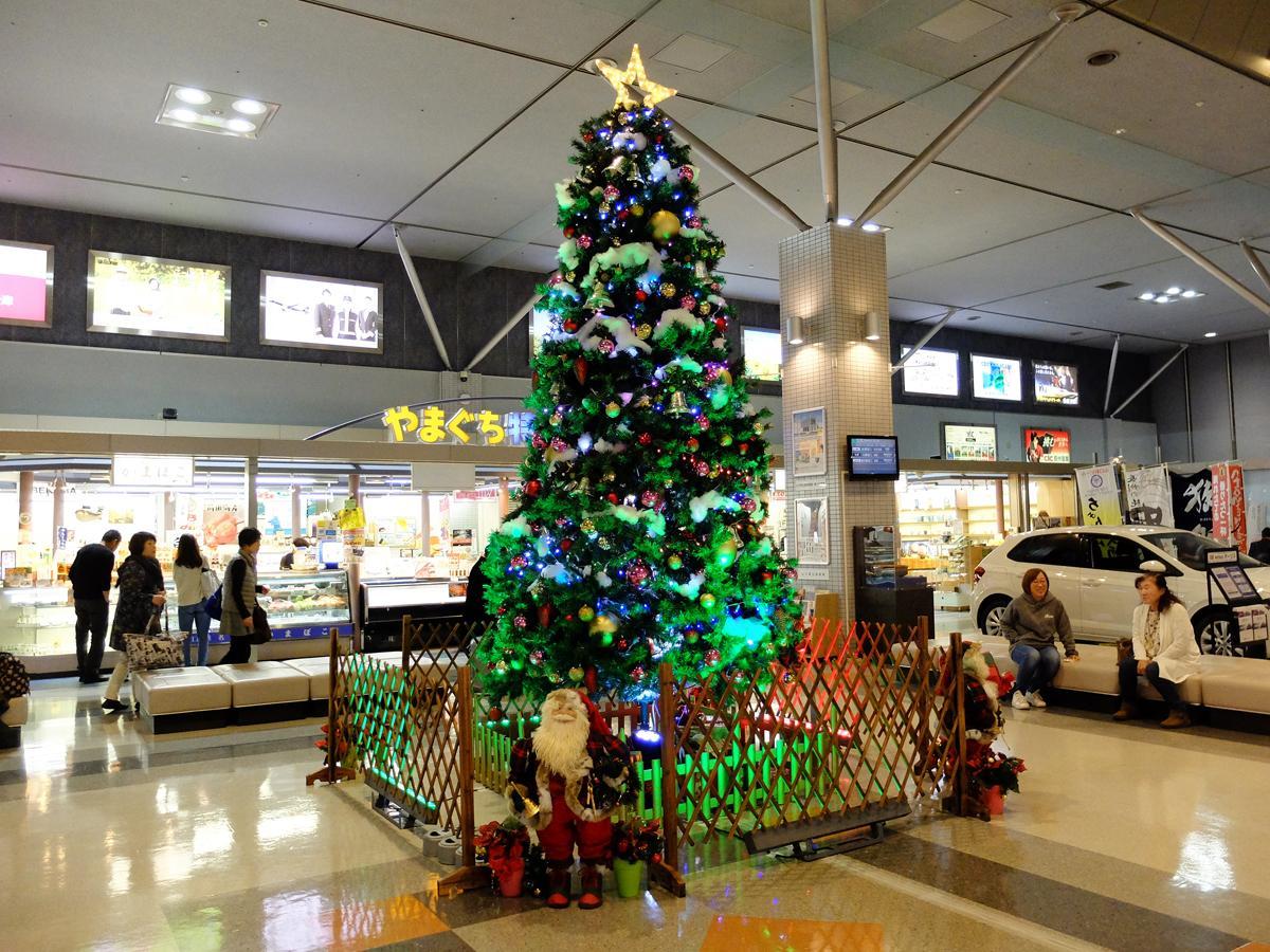 ロビーで輝く巨大クリスマスツリー