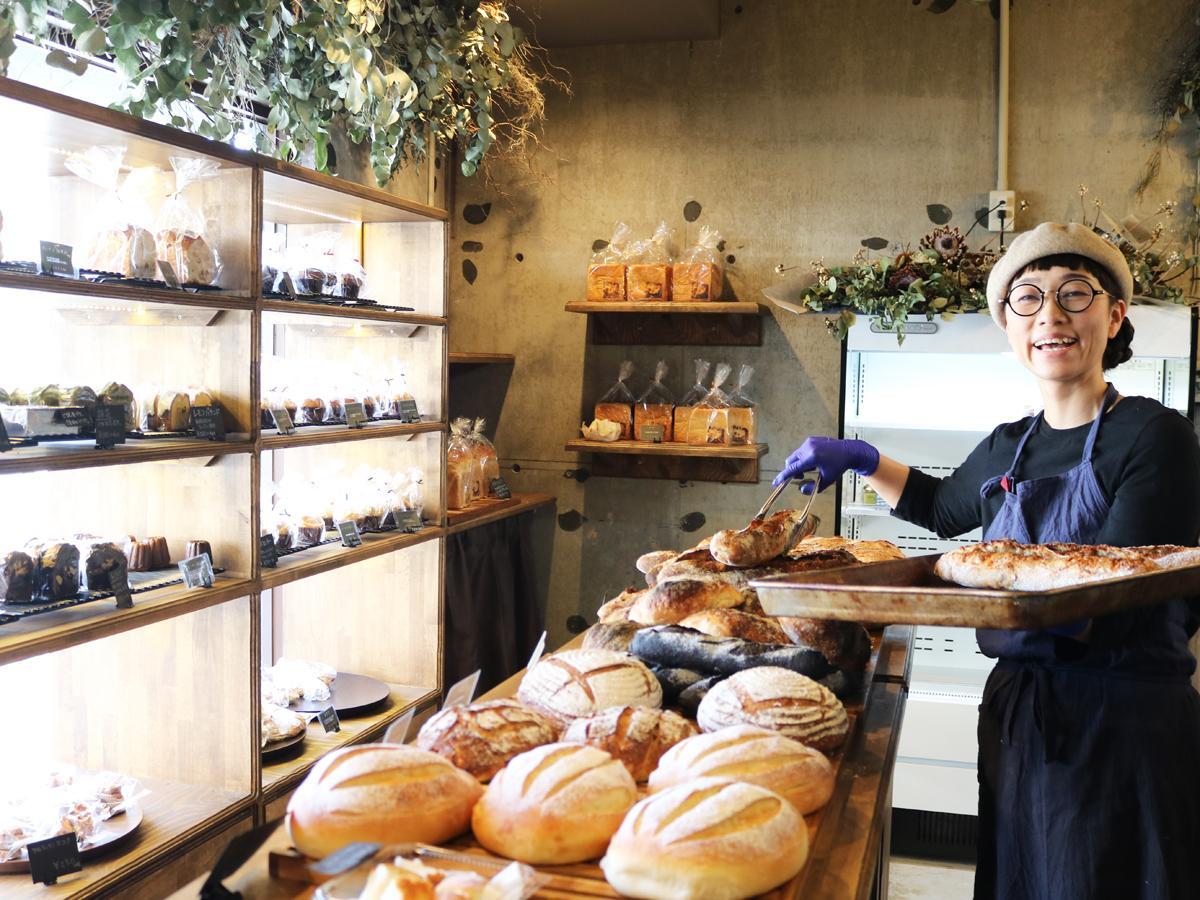 「シンプルで安心安全なパンを提供したい」と笑顔を見せる阿川さん
