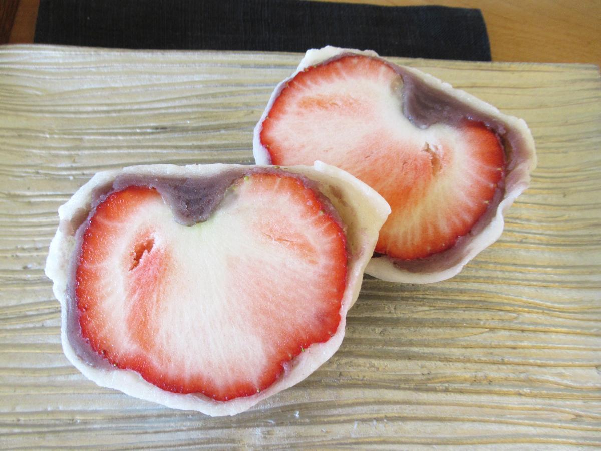 「じゃんぼいちご大福」より大きな58グラム以上のイチゴを使う「極」