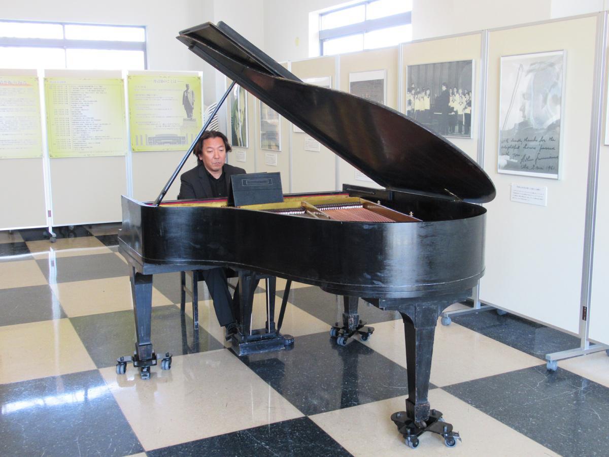 第一次修復が完了した「伝説のピアノ」を演奏するピアニスト・碓井俊樹さん