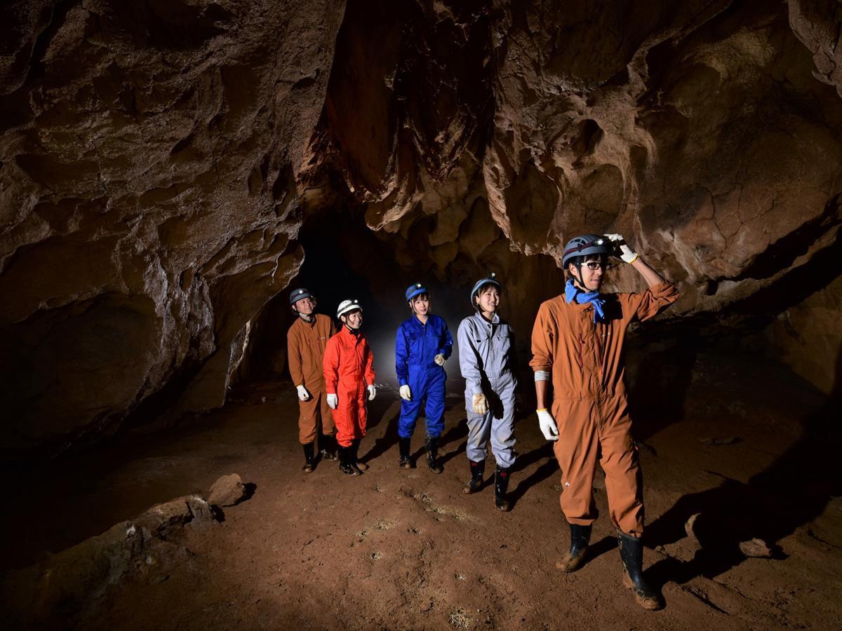 秋吉台の一般未公開の洞窟を探検する