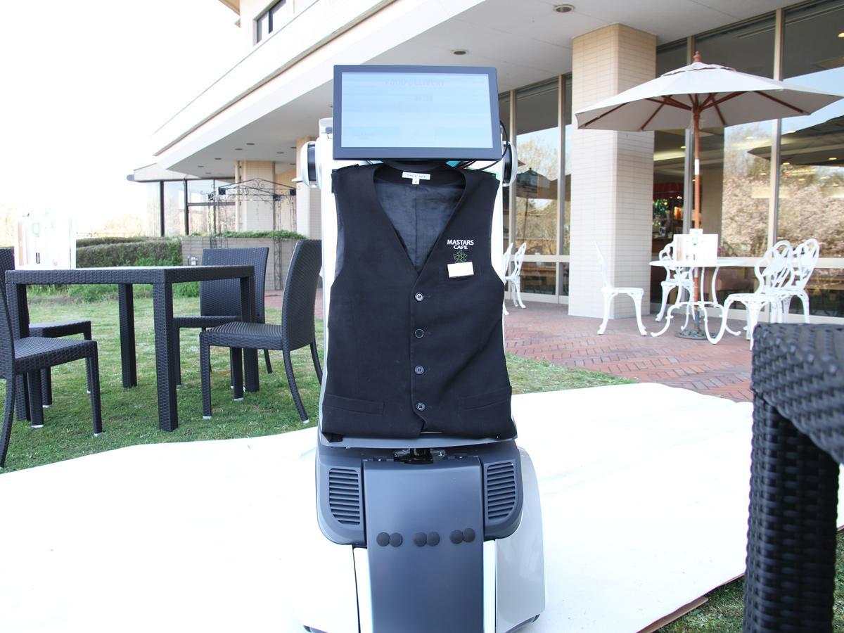マスターズカフェで稼働する配膳AIロボット「ロボアルファショット」