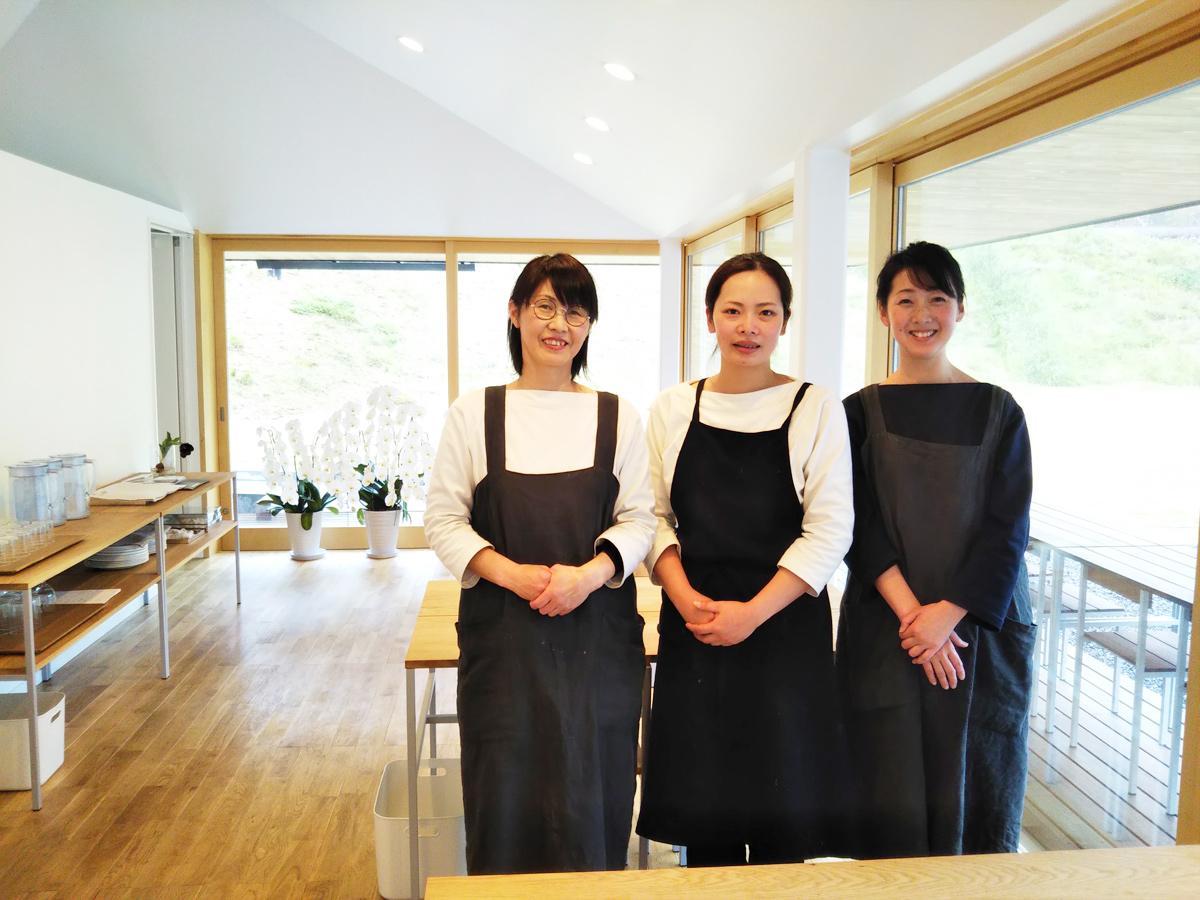 料理担当の川田りえさん(中央)とスタッフ
