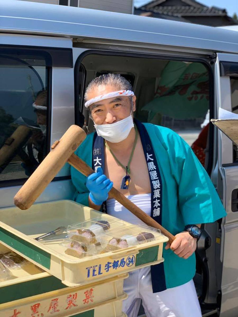 法被を着て活動する大黒屋製菓の3代目・上田憲秀さん