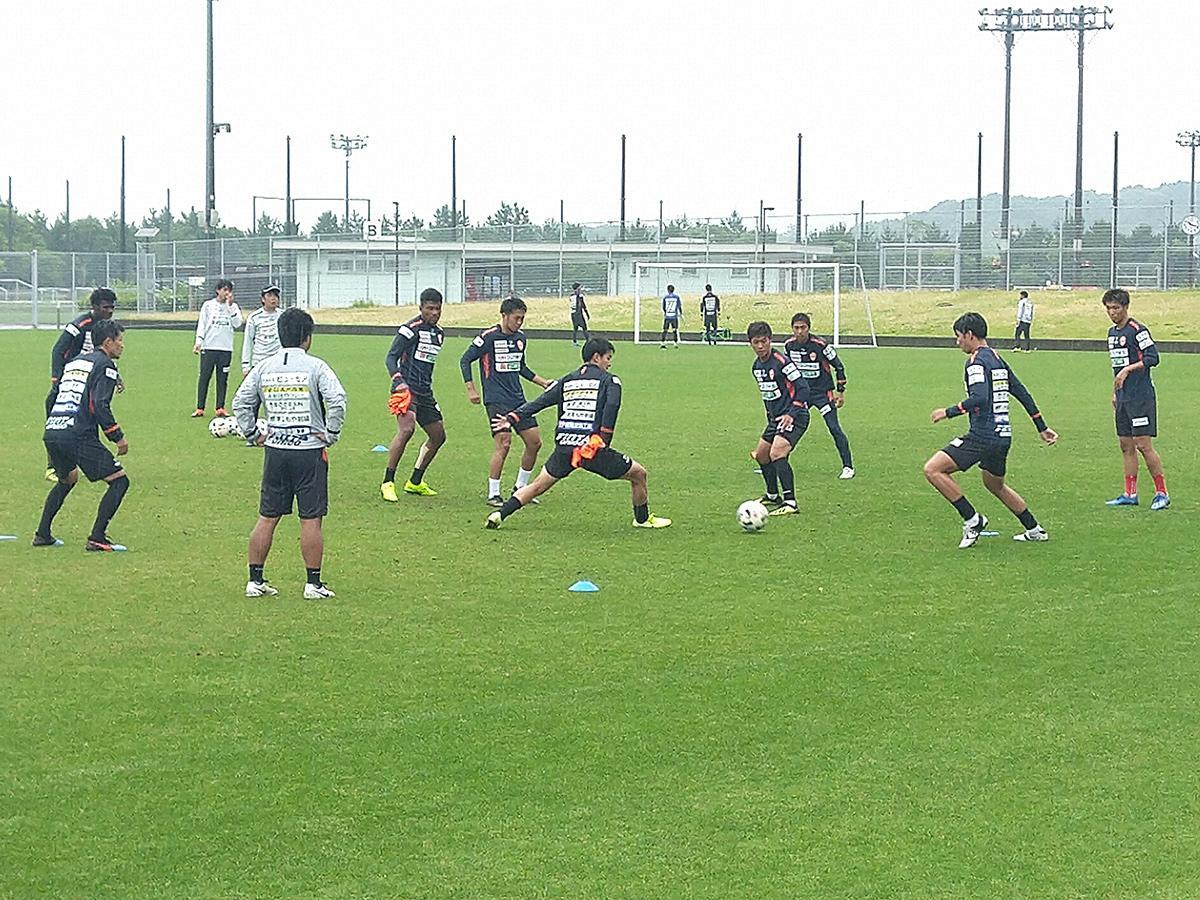 おのだサッカー交流公園で練習するレノファの所属選手(2020年6月25日撮影)