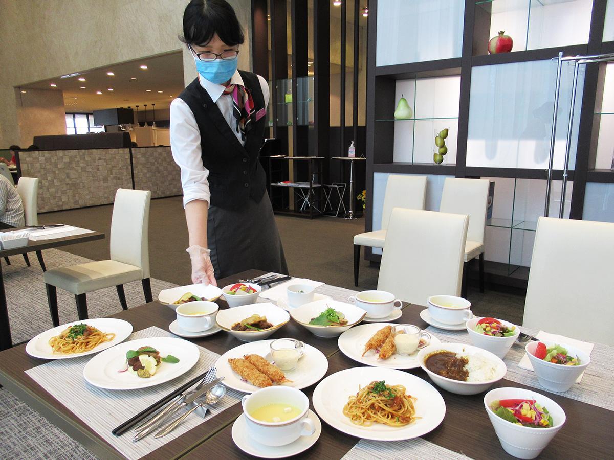 スタッフが各テーブルに配膳する「フリーオーダー制食べ放題」形式
