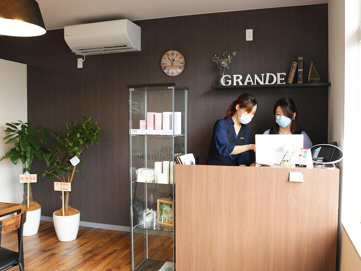 合同で起業した河本由依さん(右)と重谷梓さんは親友同士