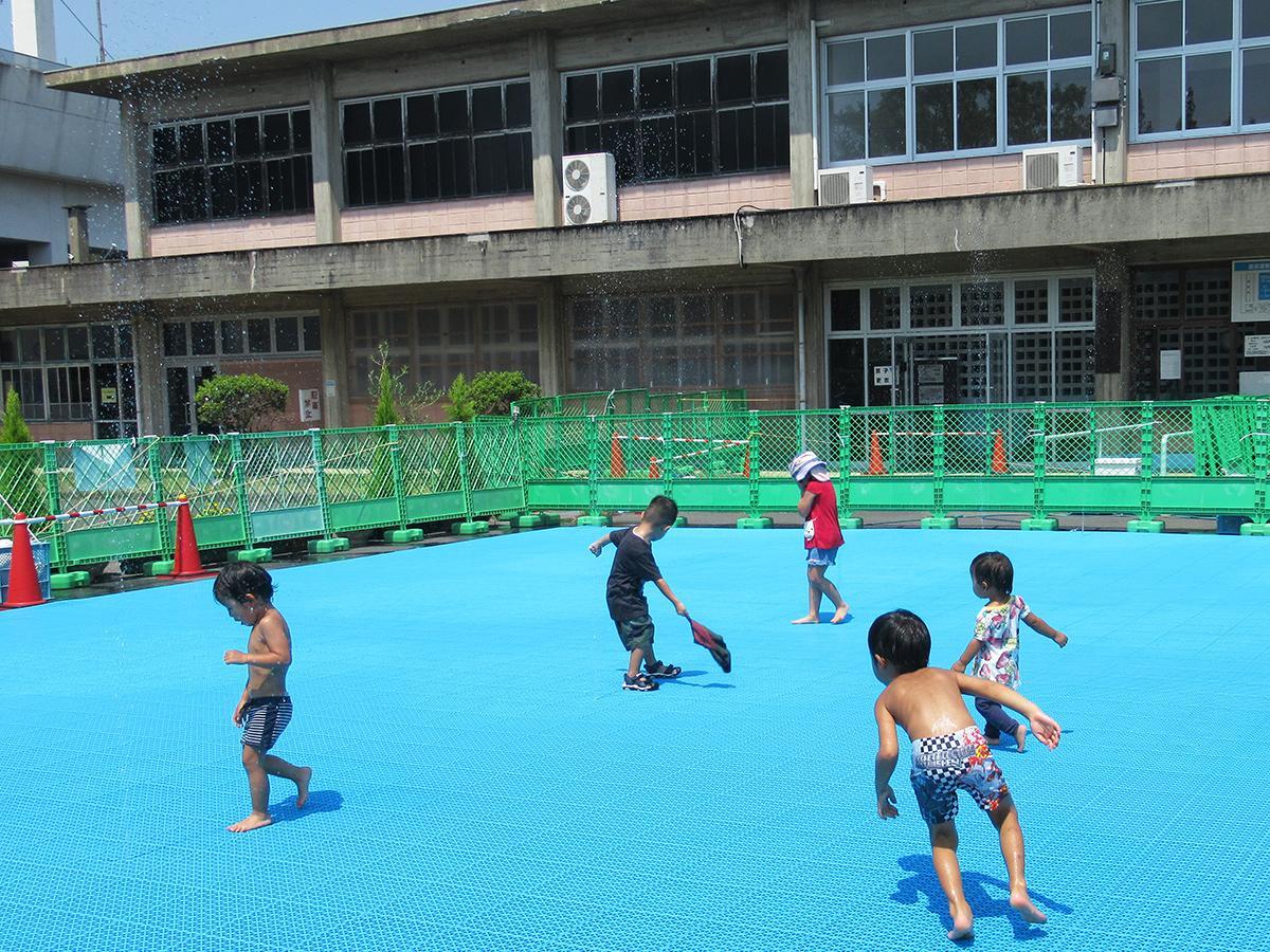 噴水で水遊びを楽しむ子どもたち