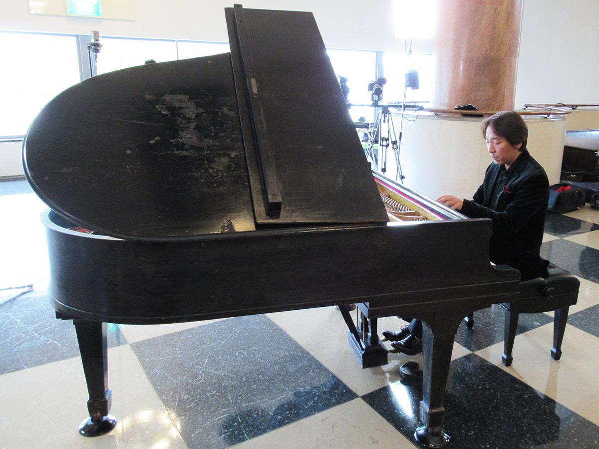 スタインウェイ社製ピアノを演奏するピアニスト・碓井俊樹さん