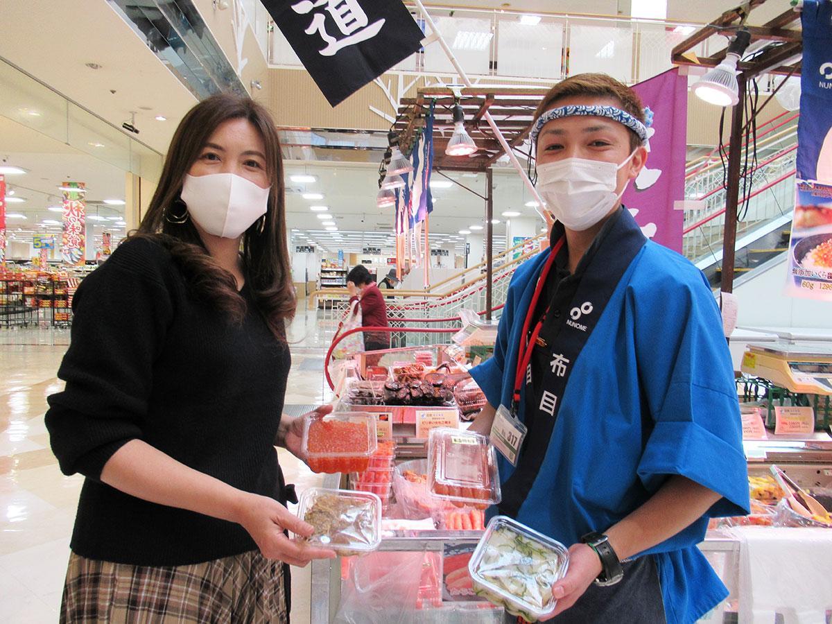 「布目」の垣見匡紀さん(右)と同展スタッフの徳永智子さん