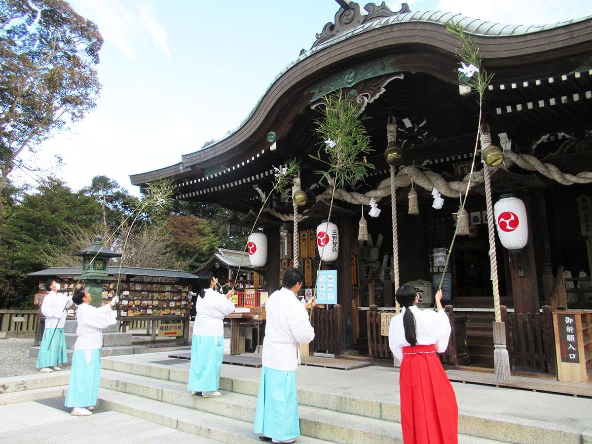 新年を迎える準備を始めた琴崎八幡宮