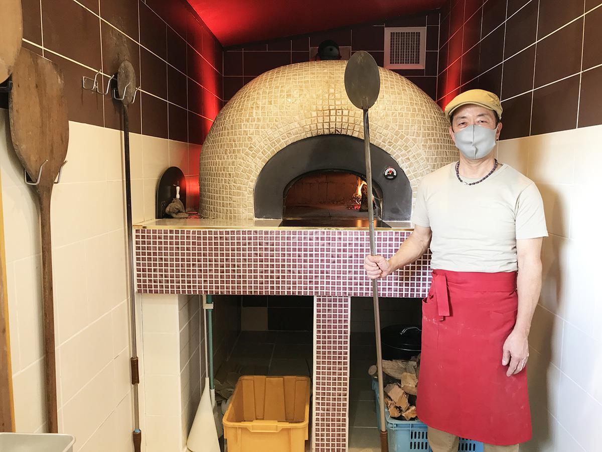 自作のまき窯で本格ナポリピザを提供する店主の藤本さん