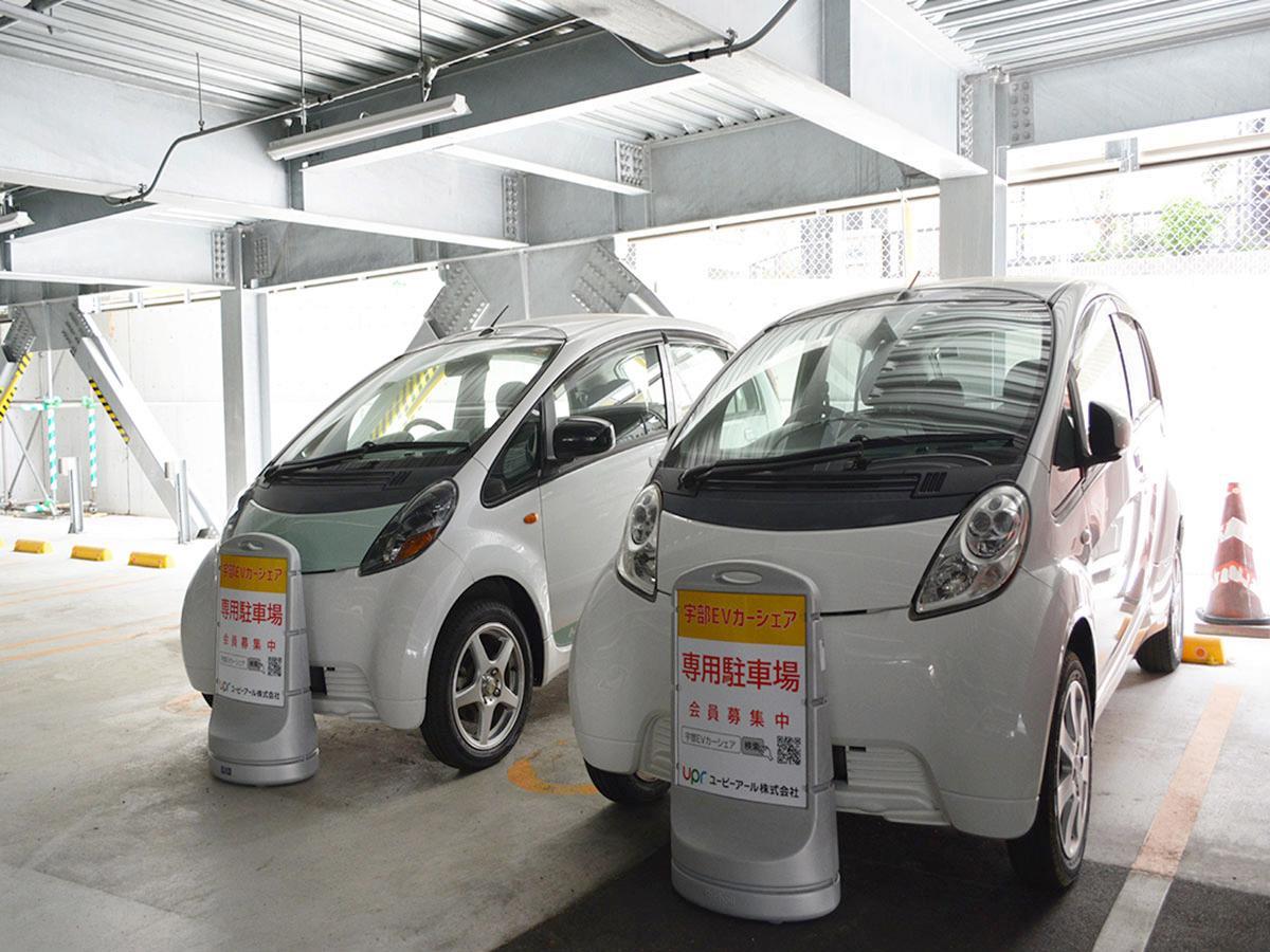 宇部市役所裏の立体駐車場に用意された2台のEV公用車