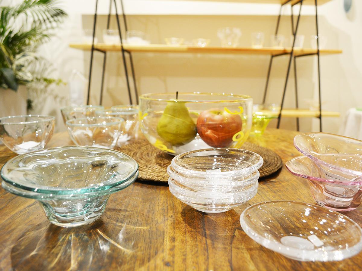 「GALAXY ふくなが」に展示されているガラス作家・鵜沢文明さんの作品