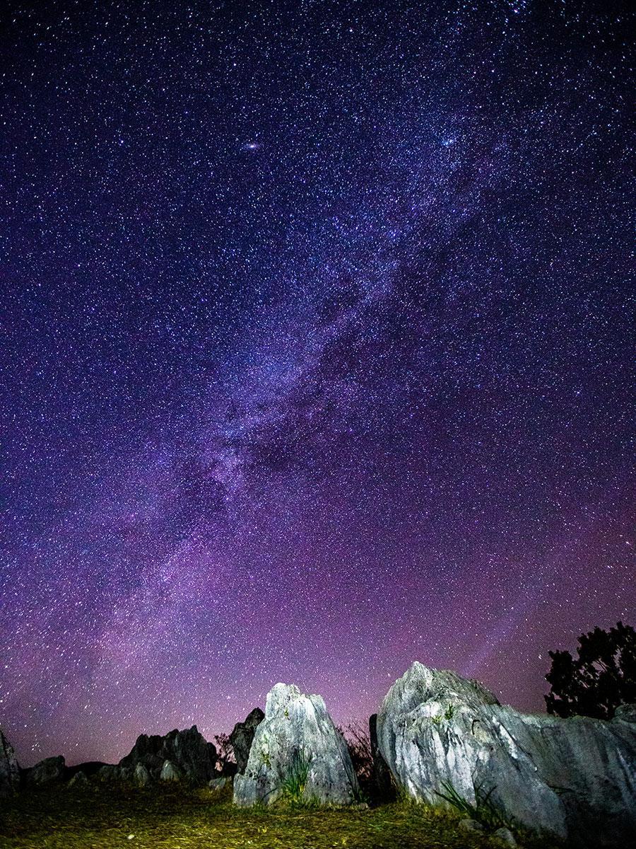 カルスト台地と星空(写真提供=博友舎)