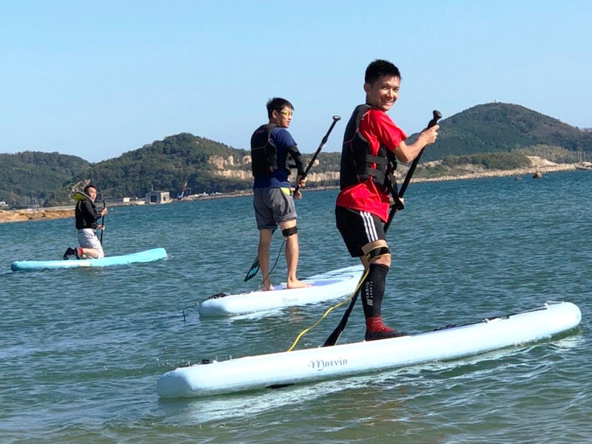 秋穂の海で「SUP」を楽しむ様子(写真提供=山口観光コンベンション協会)