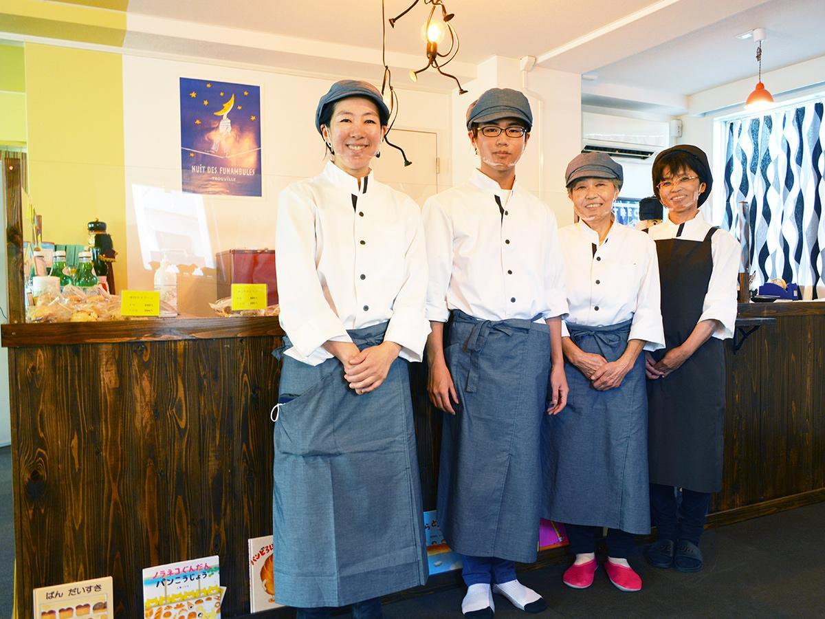 「安心安全で笑顔になれるおいしいパンを提供したい」と店主の矢野さん(左)