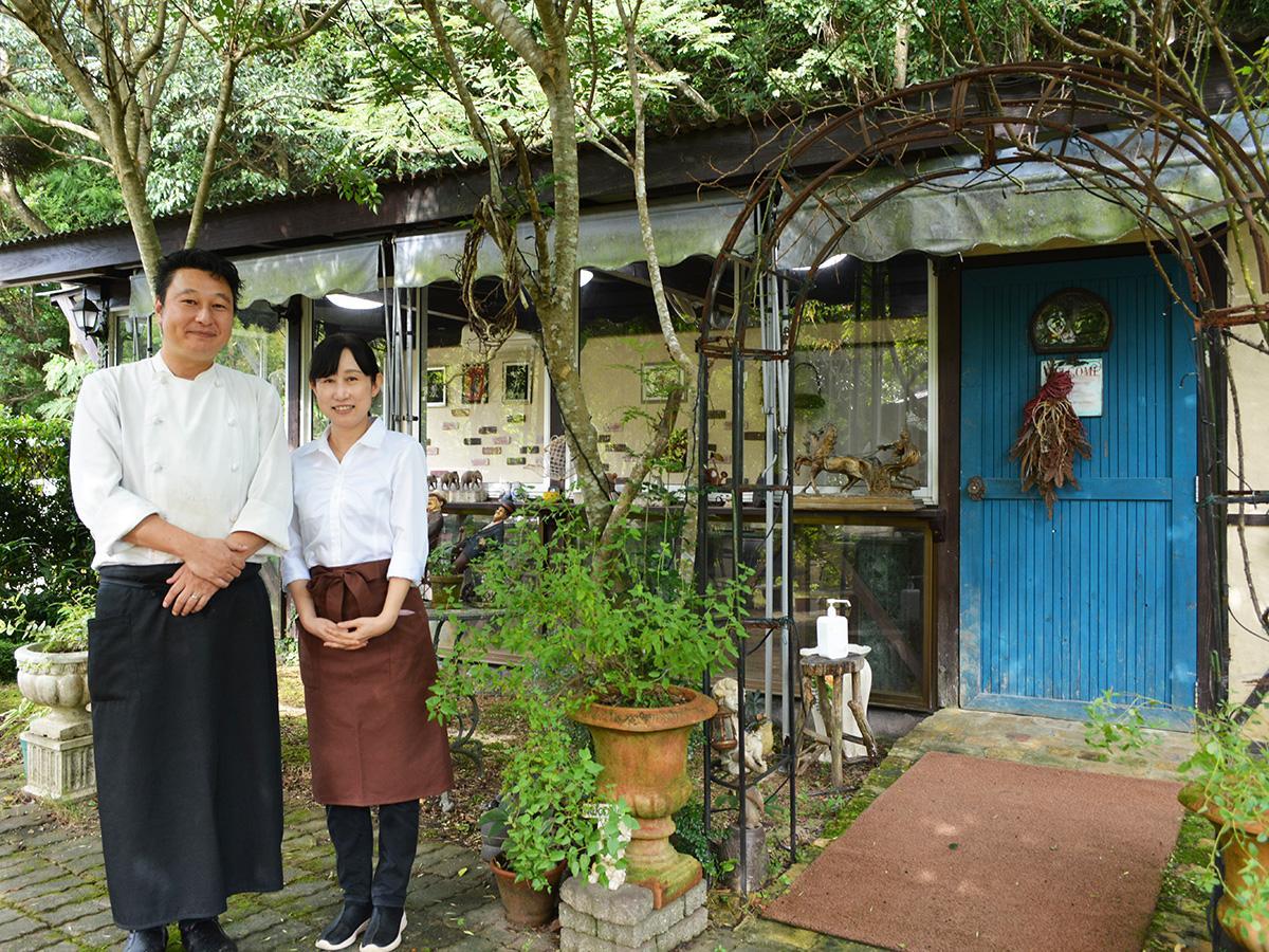笑顔を見せるオーナーシェフの戎谷さん(左)と妻の公美さん