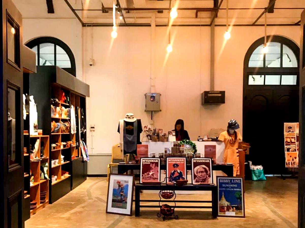 旧ビルマ総督府のロゴが印刷されたグラスやTシャツなどを販売する店
