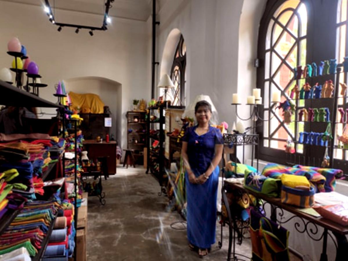 「FXB Handicrafts」の店内とスタッフ