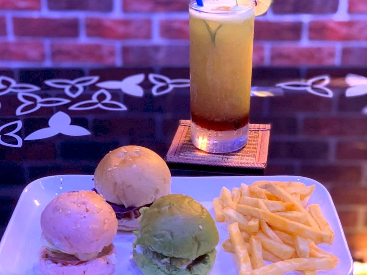 「Desire」のミニバーガー、フライドポテトとジュース