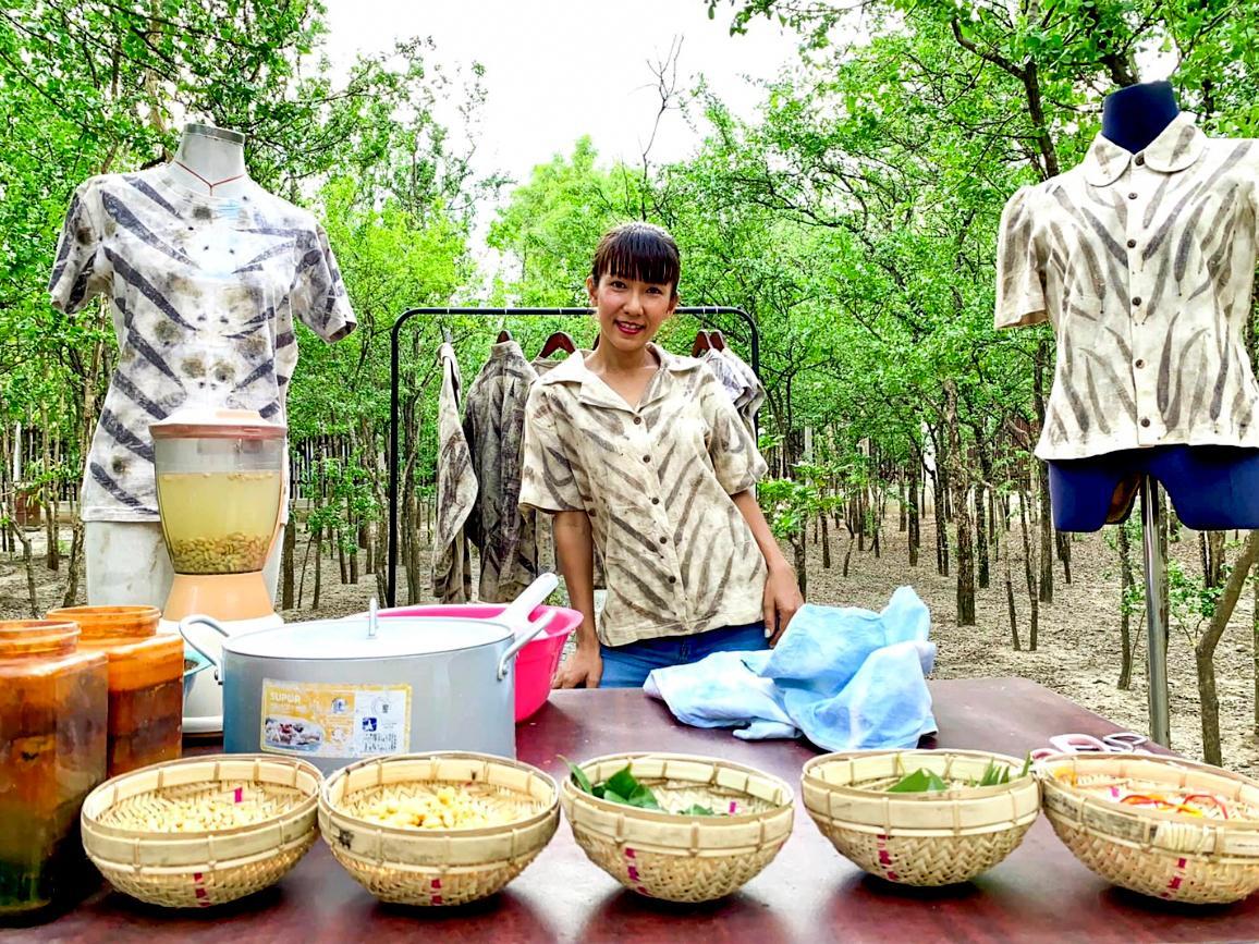 オーナーのThiri Win Maungさんと束染色の様子