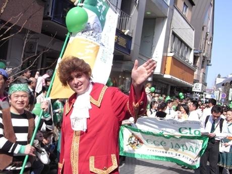 アイリッシュ・ダンスチームと並んで横浜をパレードする横須賀の「ガリバー」