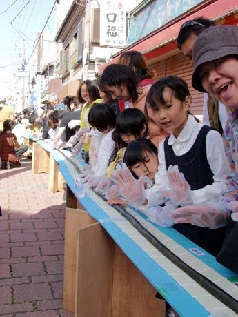 三崎港の下町商店街で520メートルの「日本一長い鉄火巻き」大会
