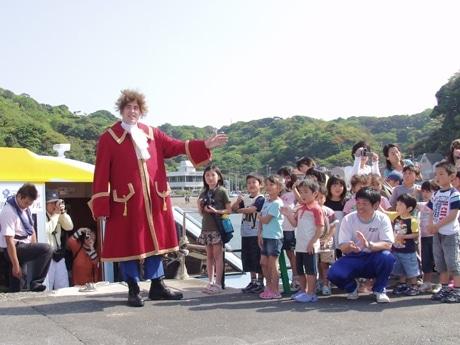 「ガリバー観音崎上陸」を再現するイベントが行われ、大勢の子どもたちに迎えられた