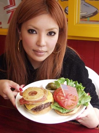 女性抜けにヘルシーでライト感覚のネイビーバーガーを開発した川瀬梨絵さん