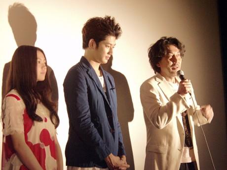 横須賀HUMAXシネマズで舞台あいさつを行う役所広司さん、瑛太さん、二階堂ふみさん