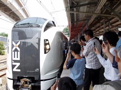 新型「成田エクスプレス」(E259系)を撮影する人たちがJR横須賀駅構内に溢れた