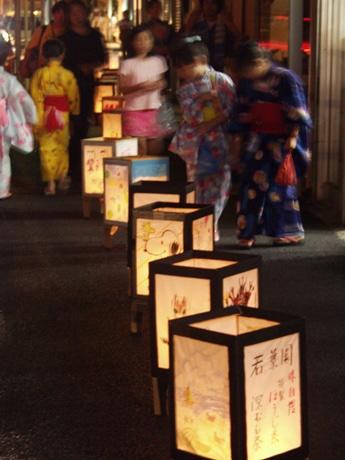 横須賀・上町の商店街に300個以上の灯ろうが並び、浴衣姿の女性や子どもたちも
