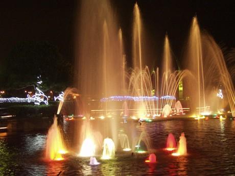 「三笠公園」で夏のルミネーションと「音楽噴水」のコラボレーション