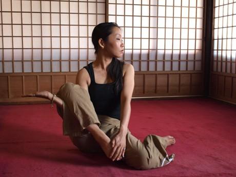 タイに古くから伝わる仙人体操「ルーシーダットン」のポーズをとる蓮明さん